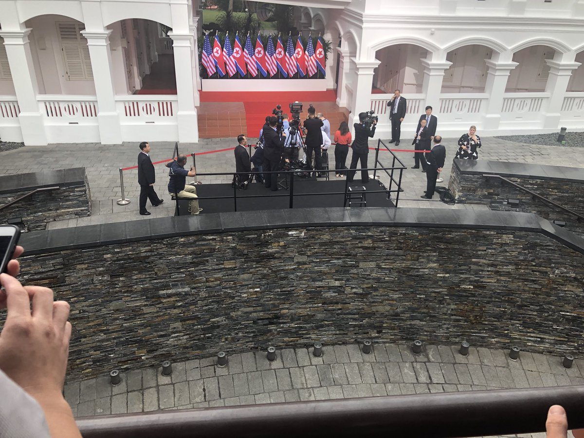 Phóng viên Straits Times cho biết khoảng 10 người quay phim và phóng viên ảnh người Mỹ, 5 người quay phim Triều Tiên và 5 nhà báo Singapore đang chờ hai nhà lãnh đạo xuất hiện.