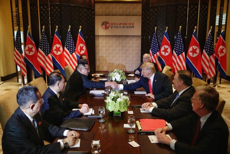 Thành phần tham dự hội đàm mở rộng cùng hai nhà lãnh đạo Mỹ-Triều: Phía Triều Tiên có Phó Chủ tịch Đảng Lao động Triều Tiên Kim Yong Chol, Ngoại trưởng Ri Yong Ho và Phó Chủ tịch phụ trách đối ngoại của Đảng Lao động Triều Tiên Ri Su Yong. Phía Mỹ có Ngoại trưởng Mike Pompeo, Cố vấn An ninh Quốc gia John Bolton và Chánh văn phòng Nhà Trắng John Kelly.