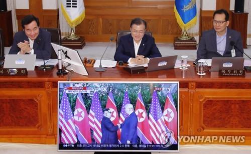 Tại Hàn Quốc, Tổng thống Moon Jae-in đã theo dõi trực tiếp qua truyền hình cái bắt tay lịch sử của người đồng cấp Mỹ Donald Trump và nhà lãnh đạo Triều Tiên Kim Jong-un.