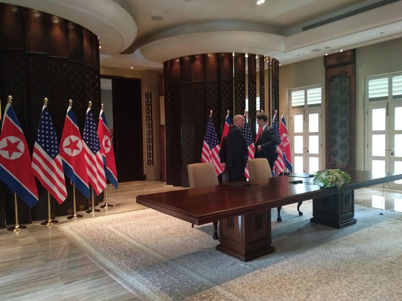 """Mỹ, Triều Tiên bắt đầu lễ ký thỏa thuận tại khách sạn Capella. Sau bữa tiệc trưa làm việc, hai nhà lãnh đạo đã cùng nhau đi dạo. Tổng thống Trump cho biết ông đã có một cuộc gặp """"thật sự tuyệt vời"""" với nhà lãnh đạo Triều Tiên Kim Jong-un và hai bên đạt được """"nhiều tiến triển"""". Đây là cơ sở để Mỹ và Triều Tiên ký văn kiện nói trên. Trước đó, Tổng thống Trump và nhà lãnh đạo Kim Jong-un đã có 41 phút hội đàm kín, tiếp sau đó là cuộc gặp song phương mở rộng với sự tham gia của quan chức hai nước. Phát biểu với báo giới sau cuộc hội đàm riêng, Tổng thống Trump cho hay hai bên đã có một cuộc hội đàm"""