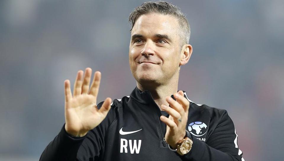 """Siêu sao nhạc pop Robbie Williams, cây soprano nổi tiếng Nga - Aida Garifullina cùng cựu danh thủ Ronaldo (Brazil) sẽ là ba cái tên đáng chú ý góp mặt trong lễ khai mạc World Cup 2018 kéo dài 30 phút trên SVĐ Luzhniki.  Biểu tượng Pop của thập niên 90, Robbie Williams sẽ có màn trình diễn tại lễ khai mạc. Chia sẻ trên trang FIFA.com, Robbie Williams nói: """"Tôi rất hạnh phúc khi trở lại nước Nga để tham gia vào buổi biểu diễn độc đáo này. Được cất tiếng hát mở màn cho VCK World Cup 2018 trước 80.000 khán giả và hàng triệu người hâm mộ xem truyền hình là giấc mơ từ thuở thơ ấu của tôi""""."""