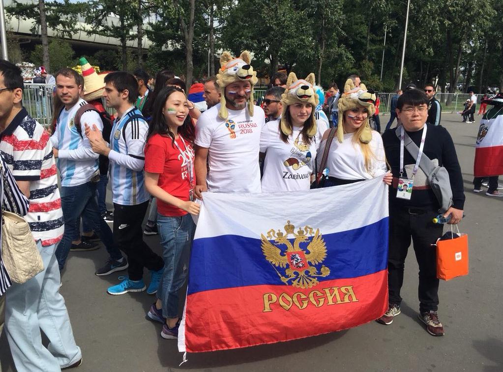 Cổ động viên Nga đội mũ Zabivaka - linh vật của World Cup 2018 - chụp ảnh.