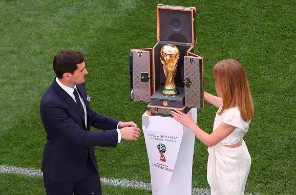 Cựu đội trưởng đội Tây Ban Nha Casillas, người mẫu Vodianova đem cúp vàng World Cup tới sân vận động  Luzhniki.