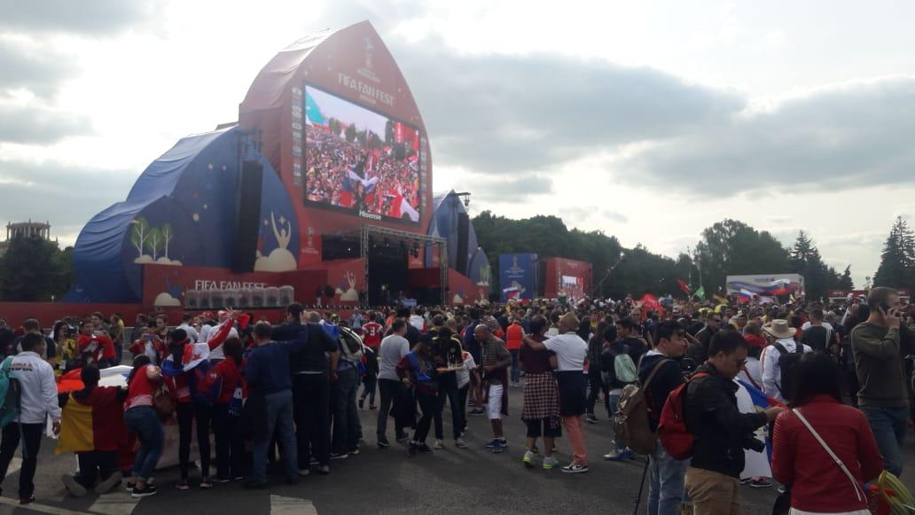 Cổ vận động viên không có vé vào sân vận động Luzhniki đang tập trung bên ngoài để xem lễ khai mạc qua màn hình lớn tại khu vực được gọi là Fan Fest ở Moskva.