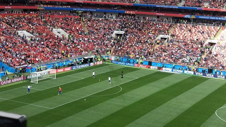 Ba thủ môn người Nga đã vào sân vận động để khởi động và nhận được sự chào đón nồng nhiệt của người hâm mộ.