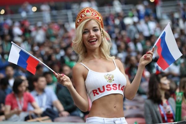 Cổ động viên Nga xinh đẹp tưng bừng trước giờ khai mạc.