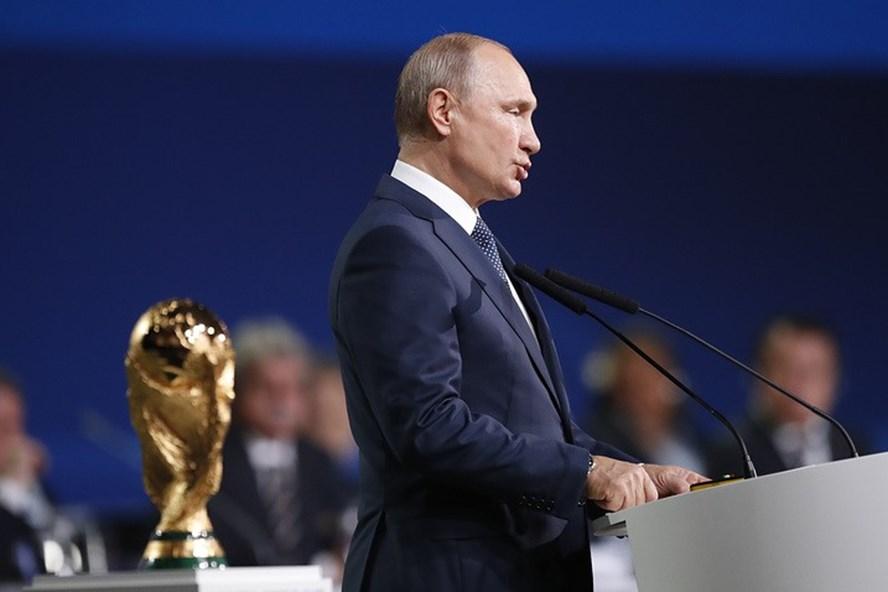 Tổng thống Nga Vladimir Putin xuất hiện và đang đọc diễn văn khai mạc World Cup 2018.