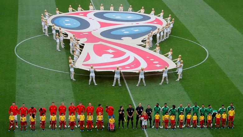 Các cầu thủ hai đội tuyển Nga và Saudi Arabia tiến ra sân.